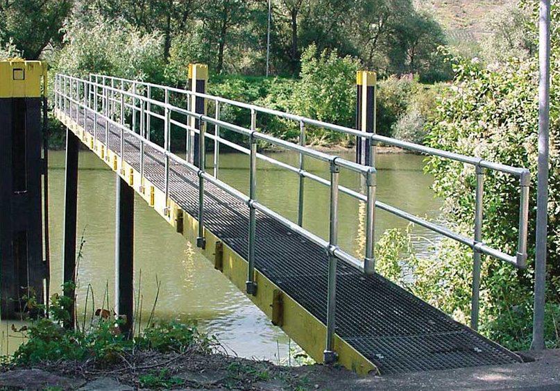 flexguard-ground-based-offset-railing